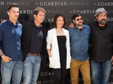 Parte del equipo de 'El Guardián Invisible' que llegará a los cines en 2017
