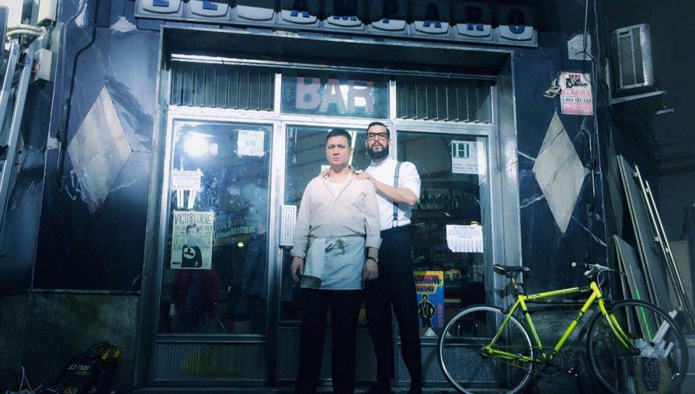 Mario Casas junto a Secun de la Rosa en la puerta de 'El Bar'