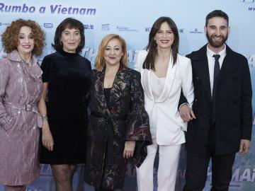 Los protagonistas de 'Thi Mai junto a la directora Patricia Ferreira